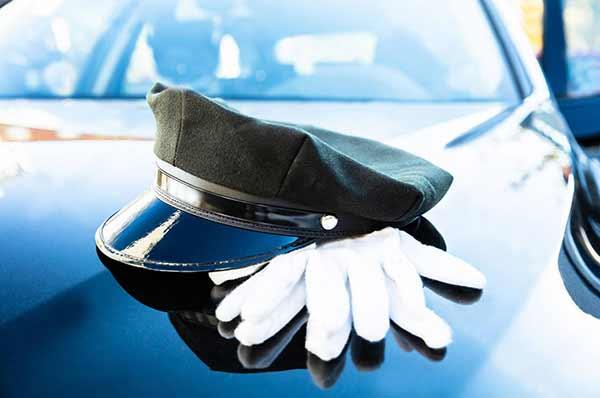 guanti bianchi e cappello autista