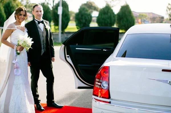 lImousine-bianca-per-matrimoni